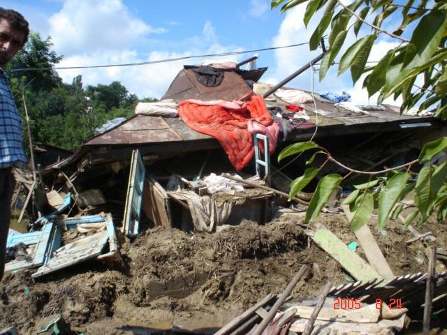 Aide d'urgence et reconstruction sur le terrain, inondation en Roumanie en 2005
